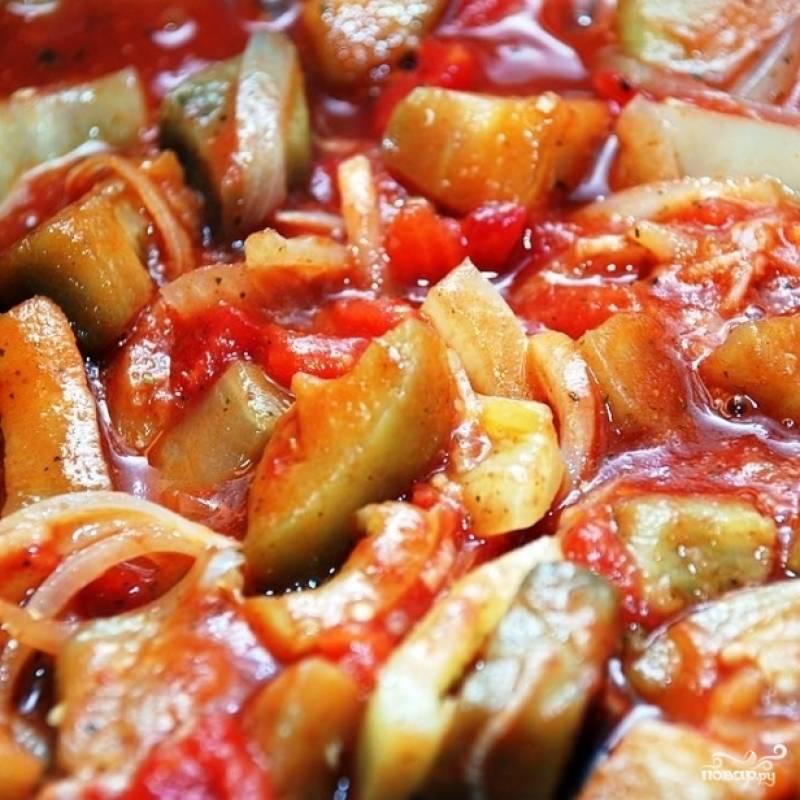 Спустя указанное время добавляем в сковороду томатный сок и тушим еще 15 минут.