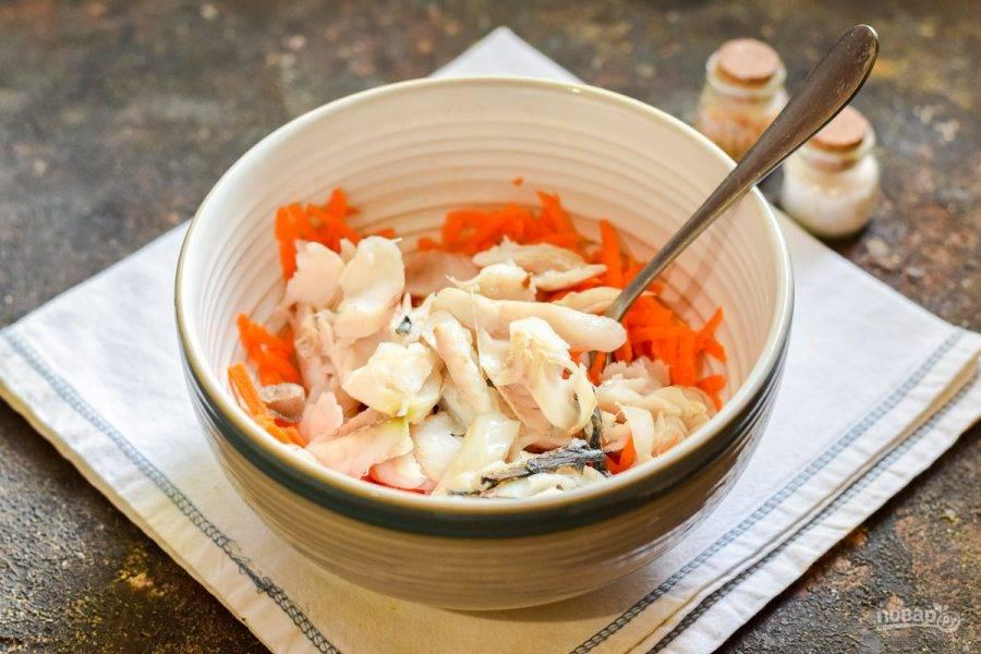 Переложите морковь и рыбу в глубокую мисочку.