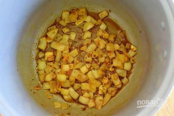 """Включите мультиварку в режиме """"Жарка"""" на 20 минут. Нагрейте  оливковое масло, обжарьте чеснок и лук до мягкости. Добавьте специи в следующем порядке: кумин, через 30 секунд —  имбирь, перец, карри, перемешайте."""