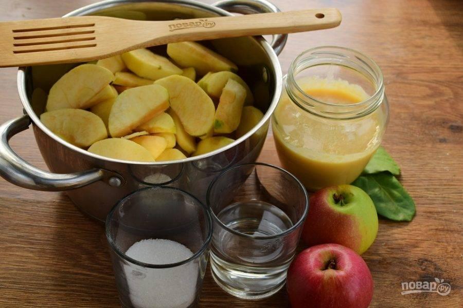 Очистите фрукты, если кожица у них  твердая. При варке она может остаться твердой, и тогда консистенция пюре не будет однородной и нежной. Нарежьте яблоки на мелкие ломтики, поместите их в кастрюлю с толстым или двойным дном.