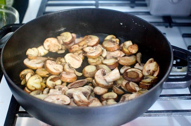 1. Шампиньоны вымыть, обсушить немного и нарезать. Выложить на сковороду с небольшим количеством растительного масла. Безусловно, в рецепт приготовления грибов, запеченных с макаронами можно использовать не только шампиньоны.
