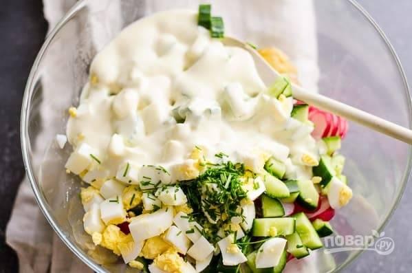 6. Соедините все в глубоком салатнике, добавьте заправку и зелень. Аккуратно перемешайте. Наш весенний картофельный салат готов. Приятного аппетита!