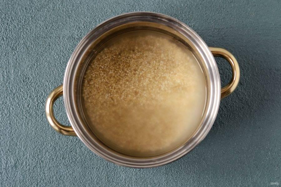 Залейте киноа водой так, чтобы вода покрывала крупу примерно на 1 см. Варите на медленном огне под закрытой крышкой, пока вода полностью не выкипит. Затем дайте настояться 5-10 минут.