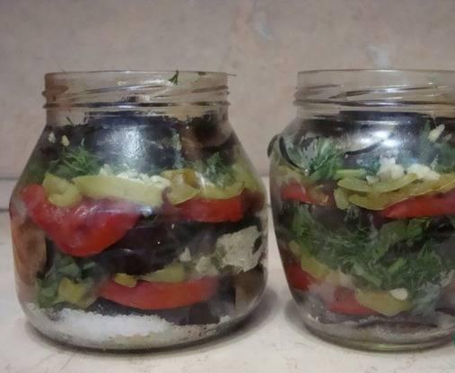 6. На дно банки ложим ложечку соли и ложечку сахара, а затем выкладываем овощами слоями в произвольном порядке. Сверху еще по ложке соли и сахара, и добавим уксусную эссенцию. Заливаем кипятком, стерилизуем 20 минут, переворачиваем и укутываем.