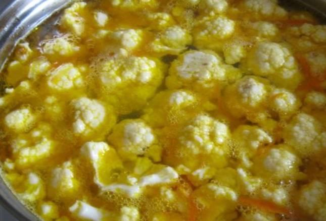 Разделите на соцветия цветную капусту и бросьте в кастрюлю к практически готовому картофелю. Также добавляем зажарку и кукурузу. Оставляем супчик кипеть 5-7 минут. Соль и перец по вкусу.