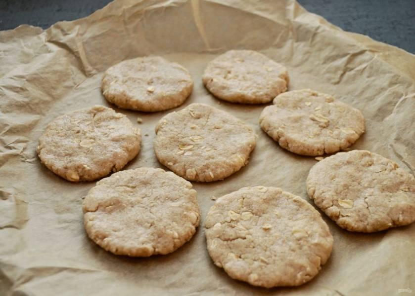 Скатайте шарики из теста, придайте им форму печенья. Выпекайте печенье 20 минут.