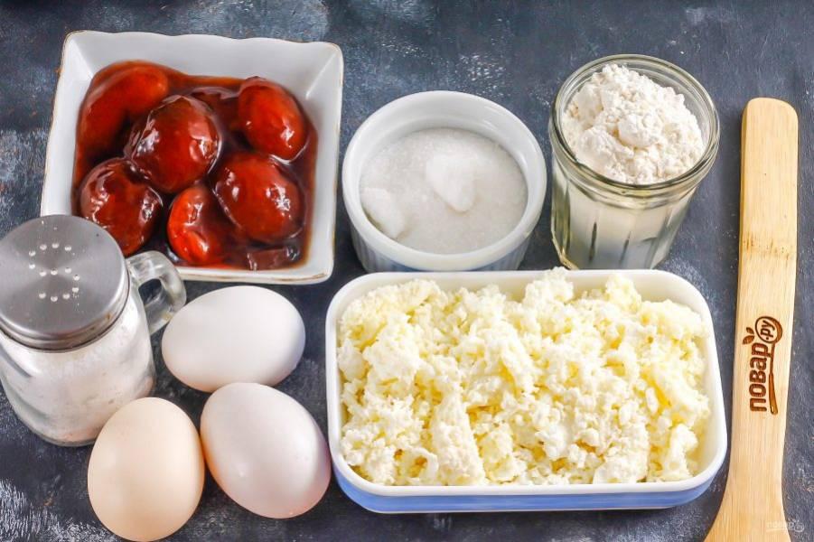 Подготовьте указанные ингредиенты. Творог желательно использовать не влажный, а суховатый на вкус.