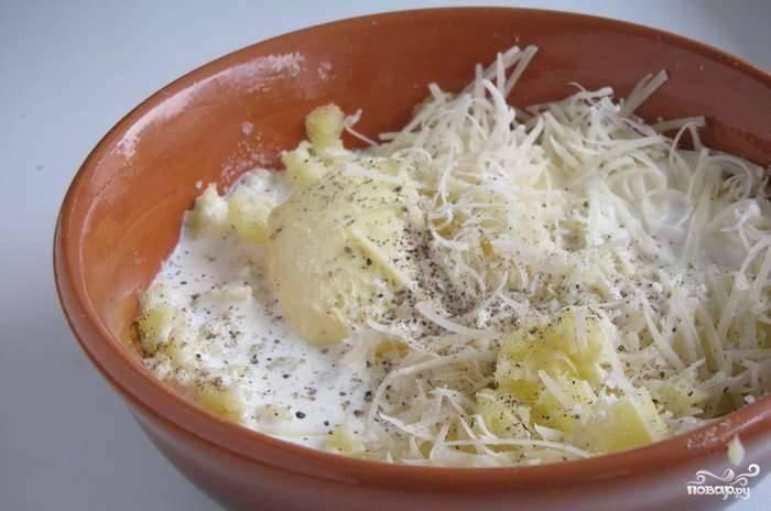 Мякоть положите в миску, разомните её вилкой со сливочным маслом. Добавьте натёртый пармезан, сливки, перец, соль. Хорошо перемешайте.