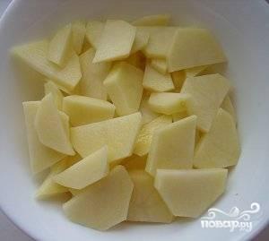 Тем временем чистим картофель, режем его на брусочки и опускаем в бульон, Варим все ещё минут 15 до готовности картофеля.