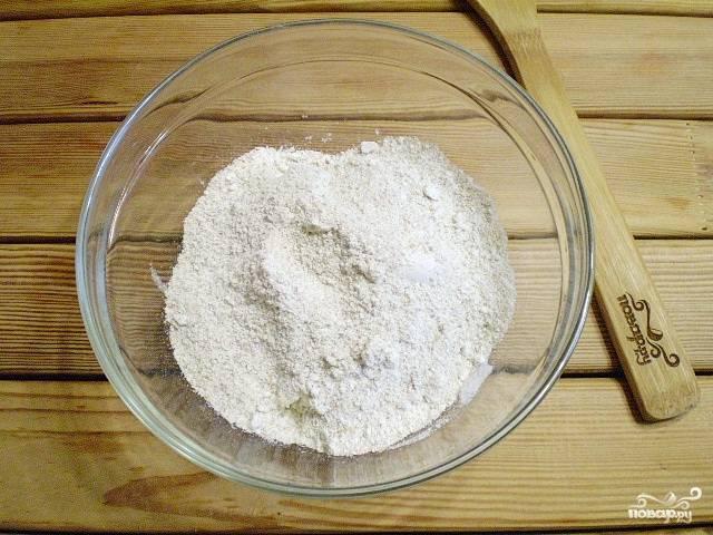 3. К сахару с маслом всыпьте перемолотые овсяные хлопья. Руками хорошо смешайте эти ингредиенты до образования маленьких комочков.