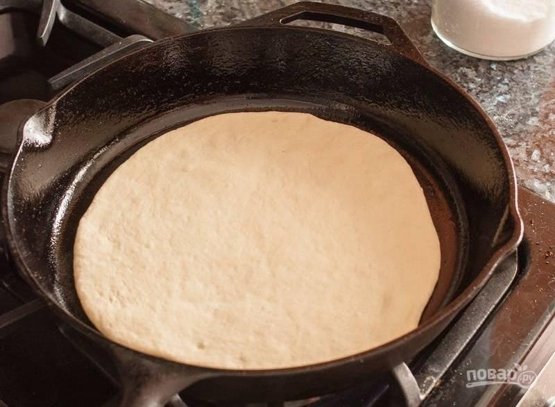 5.Выложите тесто в сковороду и обжаривайте в течение 1 минуты, вы заметите образование пузырьков.