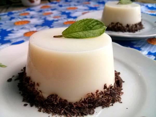 4.      Аккуратно вынимайте из формочек. Десерт подавать к столу охлажденным. Можно украсить его листиком мяты и шоколадной стружкой. Приятного аппетита!