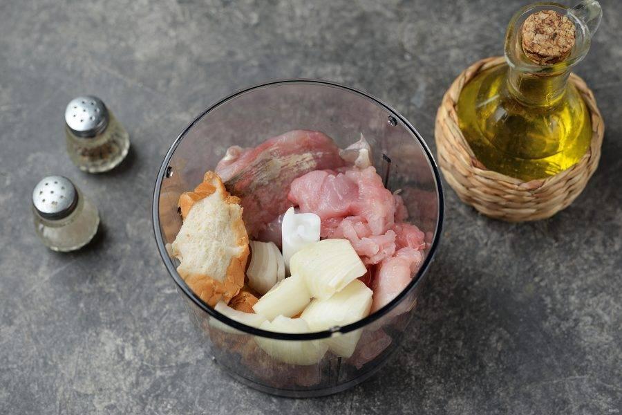 Отожмите всю воду с хлеба, нарежьте рыбу и лук небольшими кусочками, сложите в блендер, измельчите ингредиенты в фарш.