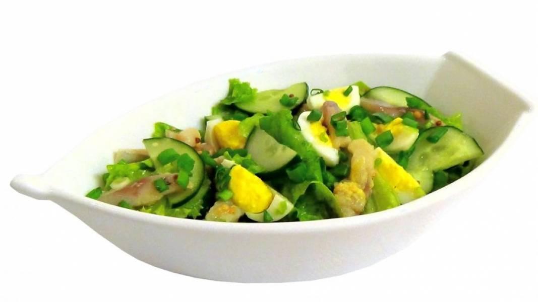 3. Заправьте салат, хорошо перемешайте и подавайте, украсив зеленью. Приятного аппетита!