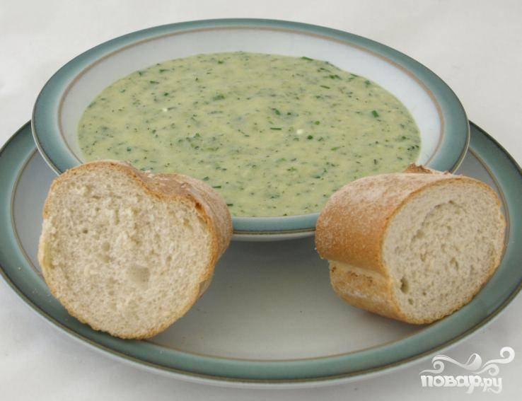 2.Влить овощной бульон, посолить, поперчить и довести до кипения. Скрутить огонь и готовить на следом огне 12 минут. Суп должен едва кипеть. Перемолоть суп в блендере до однородности. Перелить суп обратно в кастрюлю и поставить ее на слабый огонь. Добавить зеленый лук, петрушку и сыр. Перемешать, чтобы сыр полностью растворился.