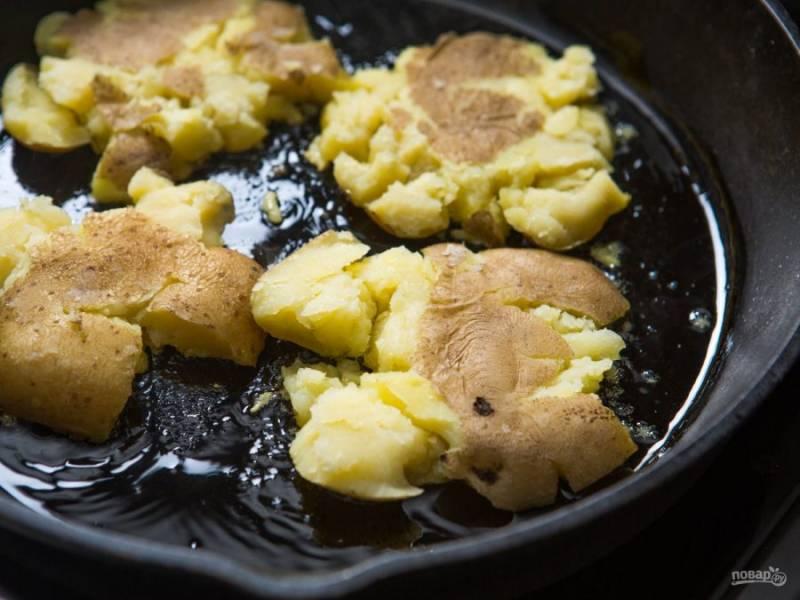 4.Сковороду разогреваю с растительным маслом, обжариваю на ней размятый картофель с каждой стороны около 1-2 минуты. Отвариваю и остужаю яйца.