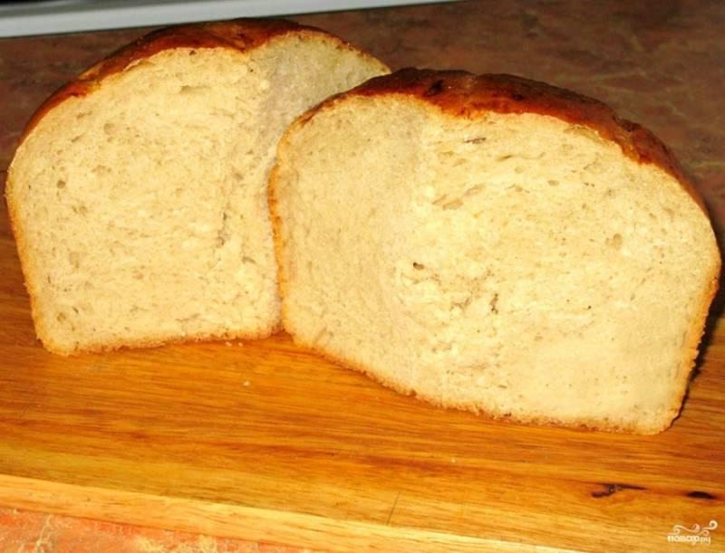 Чтобы проверить, насколько он пропекся, разрежем его. Такая вот буханка, пористая и аппетитная, как и положено настоящему хлебу. Такой хлеб лучше хранить в плотном пакете или во влажном полотенце. Он очень долго не плесневеет, так что готовить можно на 10 дней смело!