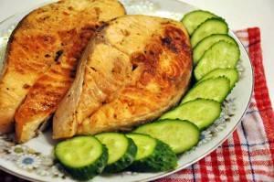 После приготовления семгу можно подавать в собственном соку. Для гарнира можно использовать овощи. Например, огурцы.