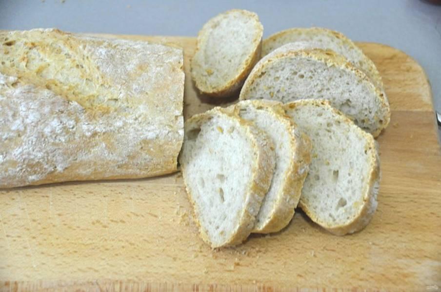 Хлеб лучше испечь домашний, цельнозерновой, с добавлением различных семян. Порежьте хлеб на ломтики.
