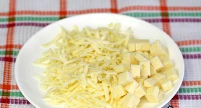 4. Пока наше тесто сушится в духовке, натираем сыр на терке и часть его нарезаем мелкими кубиками.