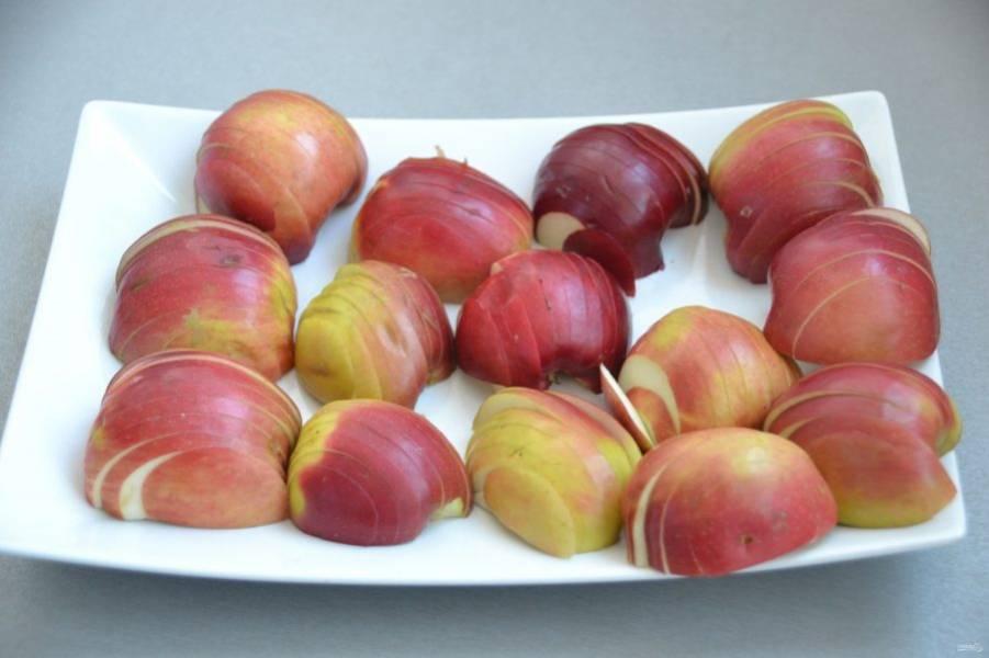 Яблоки очистите от сердцевинки (при желании снимите кожуру), нарежьте тонкими ломтиками.