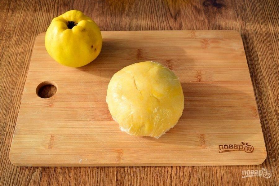 Яйца разделите на желтки и белки. Желтки соедините с сахаром (100 г), ванилином, солью и сливочным маслом. Взбейте до побеления и увеличения массы в объеме. Добавьте просеянную муку, замесите мягкое тесто, соберите его в шар.