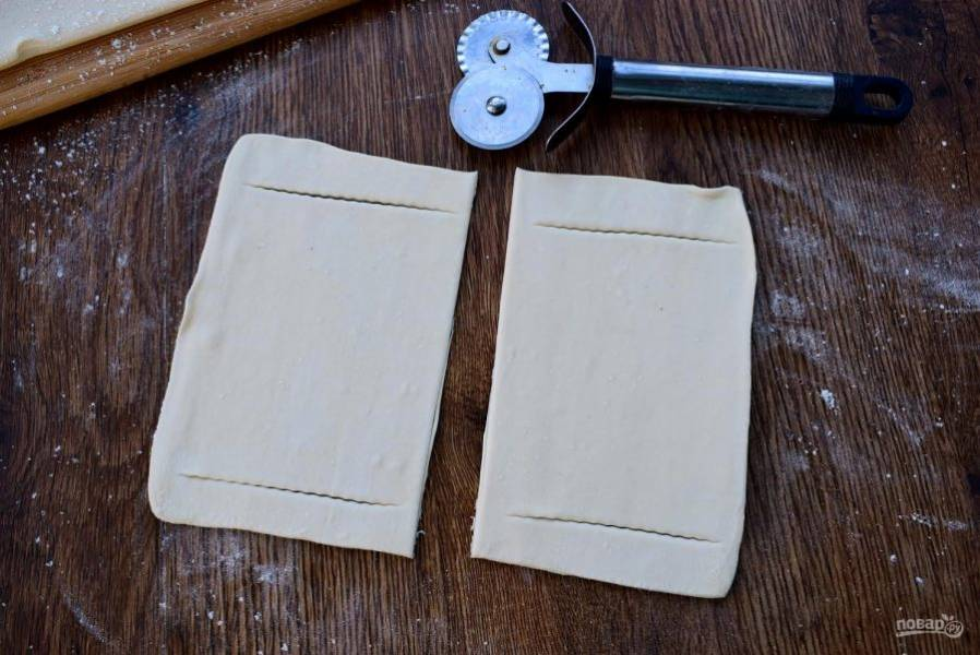 4.     Тесто разрежьте на 8 равных квадратиков, раскатайте немного каждый, и сделайте два надреза вдоль, отступая по 1 см от края.