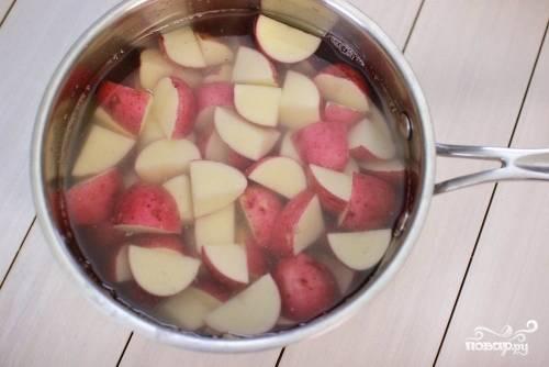 Вымойте картофель и нарежьте его на брусочки. Используйте красный, золотой или молодой картофель для этого рецепта. Поместить картофель в кастрюлю и залете его водой.