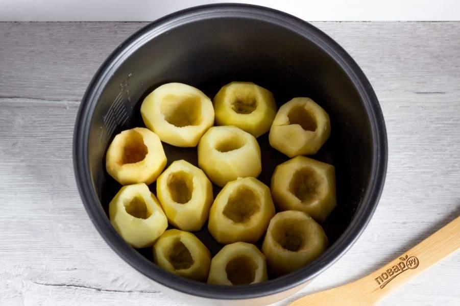 Выложите картофель в чашу мультиварки. Немного подсолите.