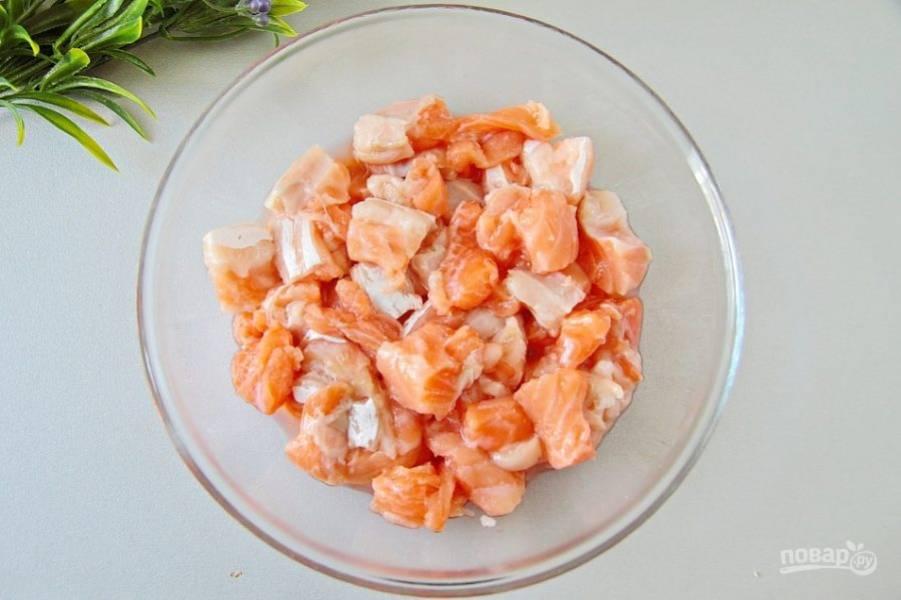 Для начинки подготовьте рыбное филе и нарежьте его небольшими кубиками.