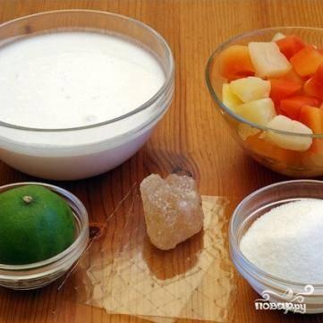 Во-первых, нужно замочить желатин в холодной воде, минут на 5-6. Затем берем сотейник, вливаем в него кокосовое молоко, сахар, немного нагреваем, добавляем разбухший желатин, хорошенько перемешиваем и снимаем с огня. Всю эту массу переливаем в подходящий контейнер и ставим в морозилку.