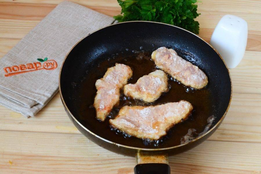Заранее разогрейте растительное масло на сковороде или в кастрюльке (советую использовать небольшую сковороду или кастрюлю, чтобы уровень масла был повыше, так масла вам понадобится меньше, а эффект будет тот же), отправьте в масло кусочки курицы и жарьте до хрустящей золотистой корочки.