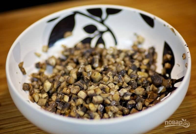 Обжаренные грибы переложите в миску.