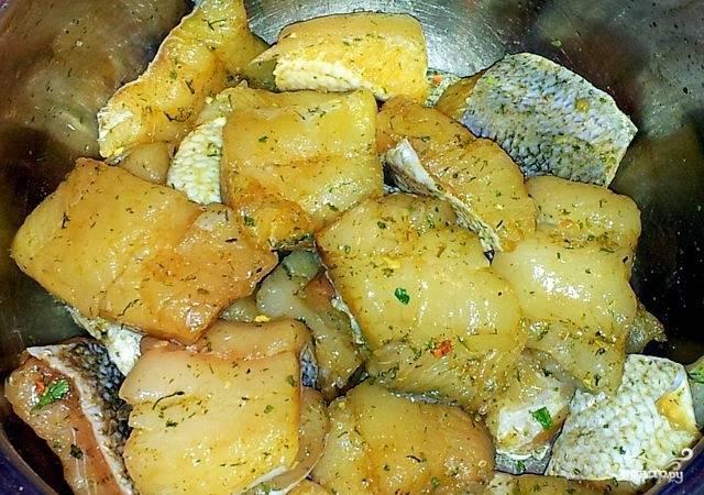 Филе судака предварительно разморозьте, если вы используете замороженную рыбу. Промойте и высушите, нарежьте его на крупные куски и положите в миску. Добавьте к рыбе соевый соус и специи. Оставьте рыбку мариноваться на полчаса.