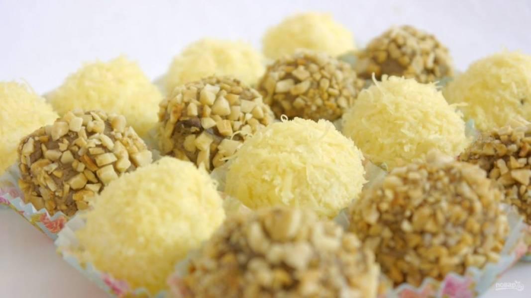 5. Из печеночной массы также скатайте шарики размером с грецкий орех и обкатайте в рубленых орехах. Приятного аппетита!