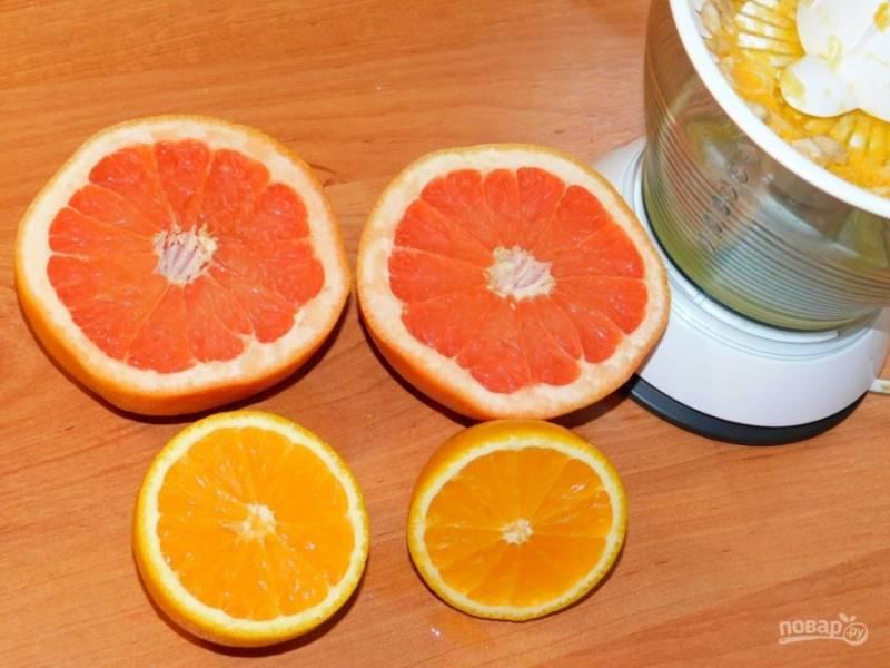 Из цитрусовых выжмите сок и вылейте его в блендер.