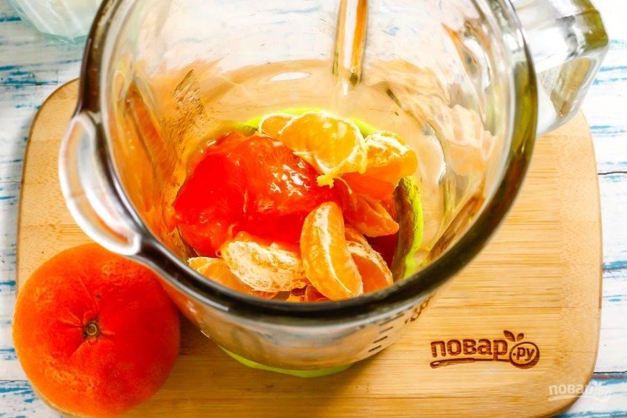 Мандарин очистите от кожуры. Разделите фрукт на дольки и выложите их в емкость блендера. Если в плоде присутствуют косточки - обязательно удалите их, чтобы их кусочки не попались при дегустации напитка! Помойте хурму, удалите кожуру и выложите фруктовую мякоть в чашу.