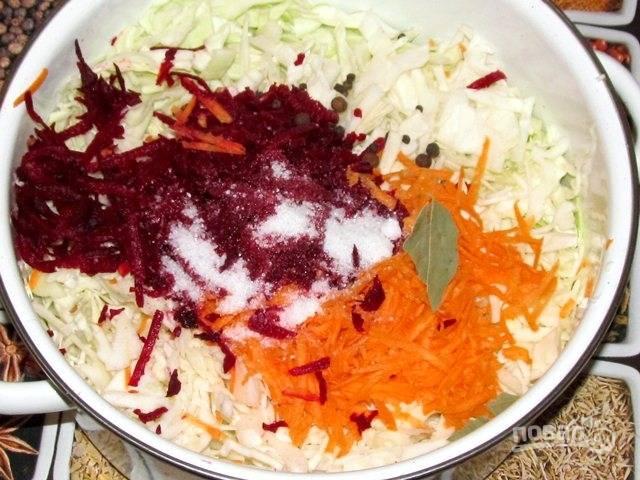 3. Очистите и натрите на терке морковь и свеклу. Соедините все ингредиенты.