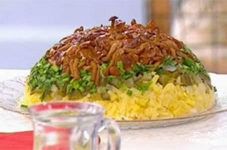 Охлажденный салат переверните на широкое блюдо. Если вы все сделали правильно. у вас получится красивая грибная полянка с опятами наверху. Приятного аппетита!