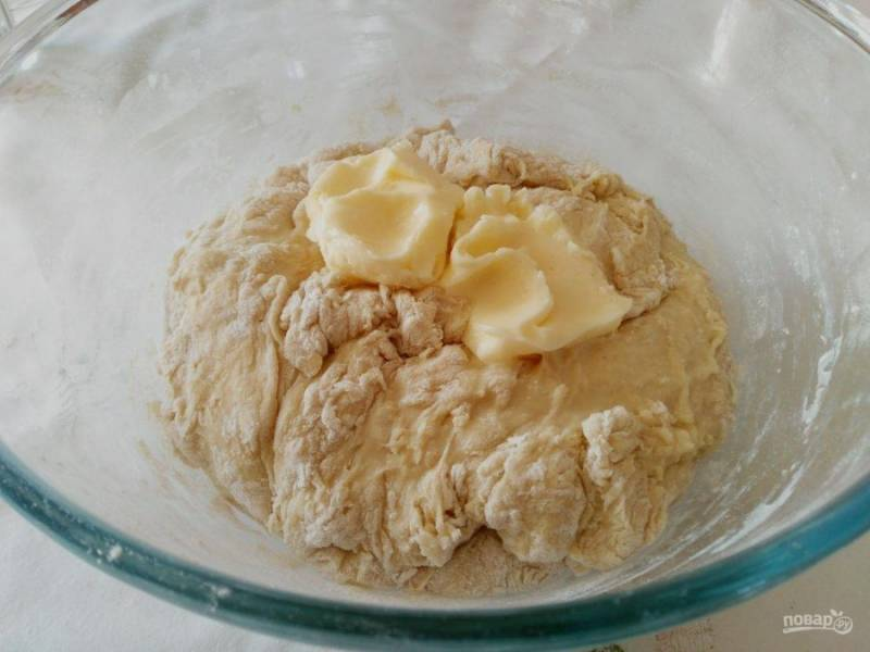 Когда тесто начнёт собираться в комок, добавьте мягкое сливочное масло (50 г) и руками замесите сдобное тесто.