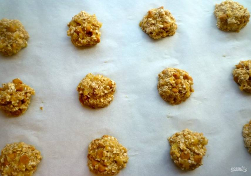 3.Еще раз все смешайте и сформируйте печенье небольшой формы, выложите на противень с пергаментом на расстоянии друг от друга.