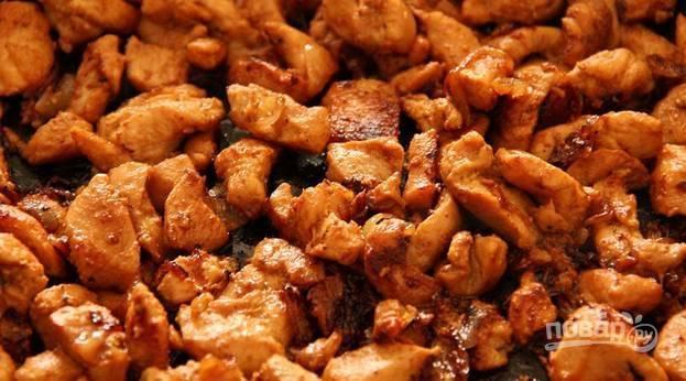 6.К луку добавляю кусочки маринованного мяса, обжариваю до готовности последнего (около 20 минут), за пару минут до готовности вливаю еще 50 миллилитров соевого соуса.