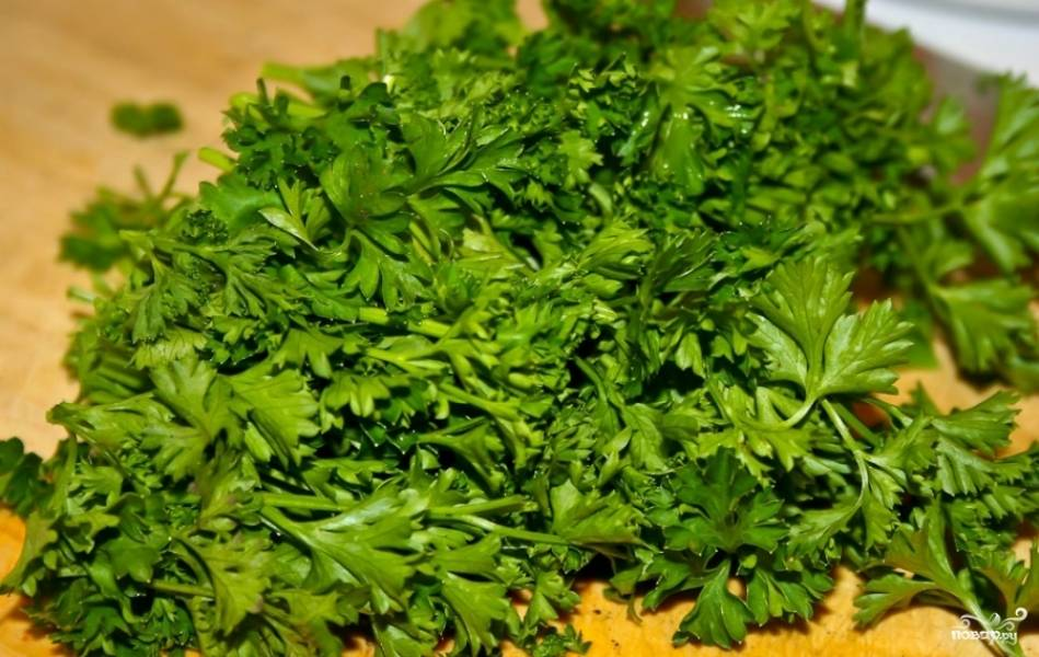4. Зелень помыть и нарезать кусками длиной 10-15 см.