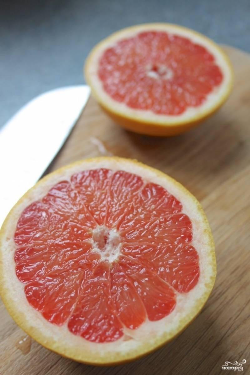 Нарезаем грейпфруты пополам и выкладываем в посуду для запекания.
