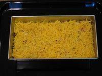 Последний слой из тертого сыра засыпаем перцем и кладем форму в духовку. Разогреваем духовку до 180 градусов. Запеканку можно вынимать, когда сыр расплавится.