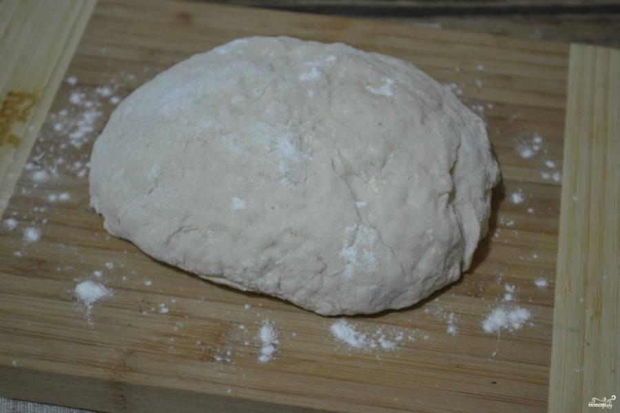 Замесите мягкое, довольно эластичное тесто.