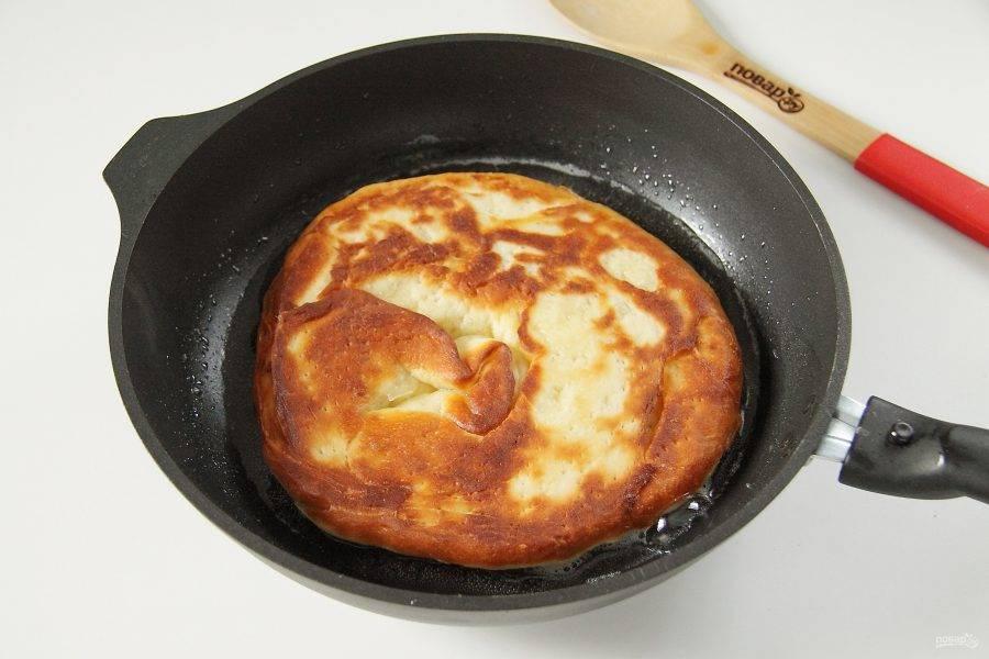 Разогрейте на сковороде масло и обжарьте лепешки поочередно с двух сторон до золотистого цвета.