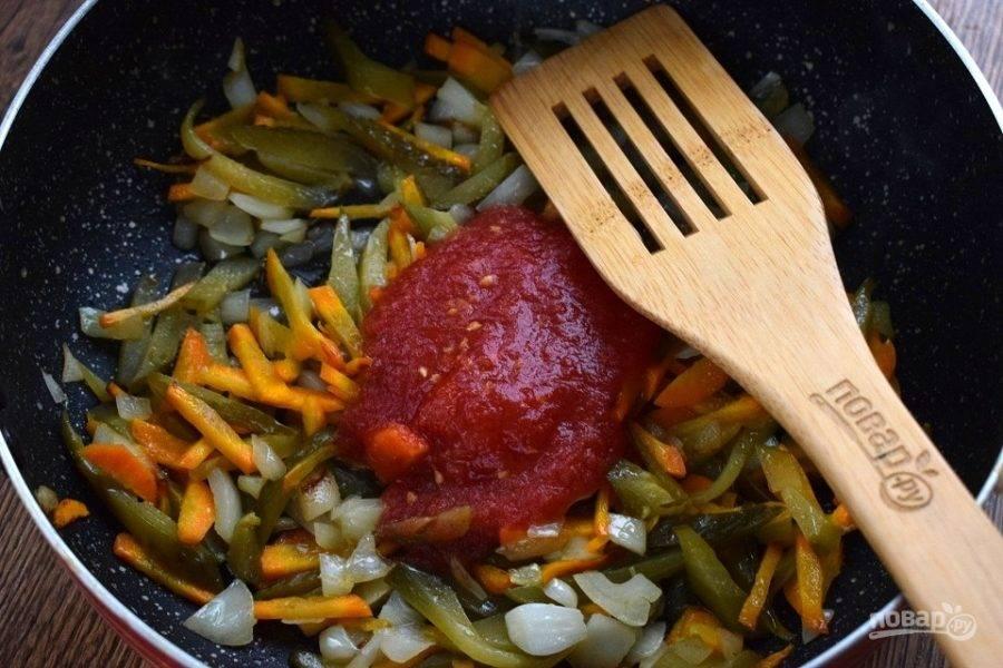 Добавьте томатный сок, перемешайте, тушите в течение 5 минут.