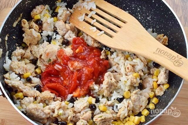 Влейте измельченные томаты в собственном соку, тушите 5 минут.
