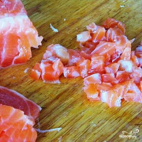 Семгу (естественно, без костей и чешуи) нарезаем на мелкие кубики, после чего смешиваем с тертым сыром и обжаренным лучком.